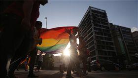 同志遊行 大型彩虹旗上街頭(2)2018台灣同志大遊行27日下午正式登場,許多民眾走上街頭、拉開大型彩虹旗,以行動表達希望台灣儘速通過婚姻平權的訴求。中央社記者吳家昇攝 107年10月27日
