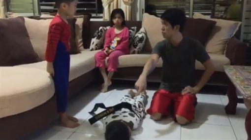 爸爸將大兒子綑綁訓話。(圖/翻攝自臉書)