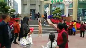 裸女無遮點奔跑重慶鬧區 高喊「打倒共產黨」(圖/翻攝自推特)