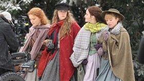 新版《小婦人》飾演大姊「瑪格」的艾瑪華森跟飾演二姊「喬」的瑟夏羅南走在中間,兩側則是飾演三姊「佩絲」的艾莉莎斯坎蘭(Eliza Scanlen),以及飾演小妹「艾美」的佛羅倫斯佩芝(Florence Pugh),4位好萊塢炙手可熱的氣質女星齊聚一堂,此外還有《以你的名字呼喚我》堤摩西柴勒梅德(Timothée Chalamet)飾演的男主角,梅莉史翠普。(翻攝推特)