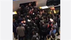 北京,地鐵,尖峰時刻,人浪,大陸 圖/翻攝自微博