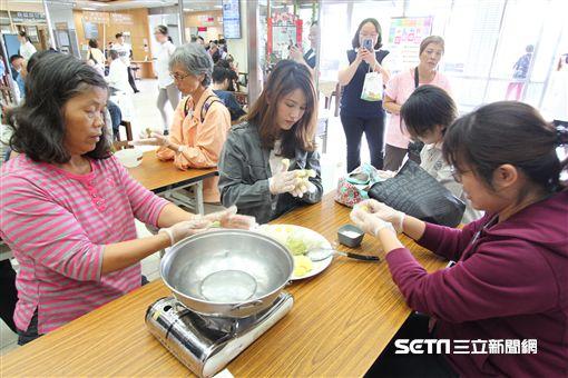 花蓮慈濟醫院舉辦蔬食廚藝講座,由營養師葉玟均教大家如何運用常見的日常食材製作「豆『薑』三色『圓』舞曲」。(圖/花蓮慈濟醫院提供)