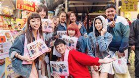 新女團5TEAM和「國民哥哥」傑評向九份遊客宣傳。(圖/超越娛樂)