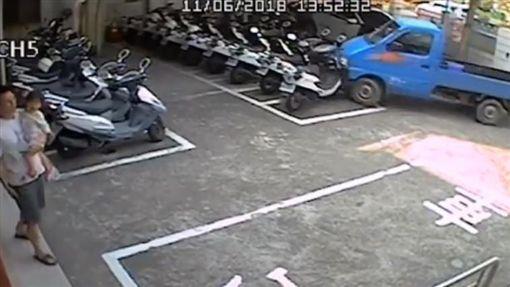 高雄,燕巢,車禍,衝撞,油門,停車棚(圖/翻攝畫面)