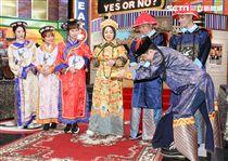 節目「請問你是哪裡人」主持人于美人扮成皇帝翻今日侍奉妃子們的牌子。(記者林士傑/攝影)