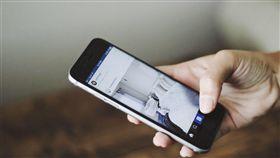 滑手機 示意圖 https://pixabay.com/en/hand-phone-cellphone-smart-phone-1148981/