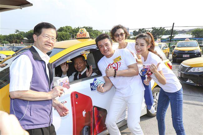 陳淑麗、李㼈、宋蘋恩與衛生局長黃世傑發戒菸護照給運將們助戒菸。(記者林士傑/攝影)
