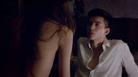 《N世代》影集男主角林柏叡被全身赤裸的劉子瑜誘惑。(圖/翻攝自N世代臉書)