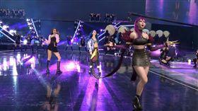 日前她們在韓國表演歌曲,四名虛擬人物居然同時現身表演,嚇壞現場上萬名玩家。(圖/翻攝自YouTube)