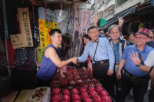 柯文哲小野濱江市場拜票尋求連任的台北市長柯文哲(前右3)8日上午和競選總幹事小野(前右2)前往台北市濱江市場拜票,向攤商握手致意,請託支持。中央社記者王飛華攝  107年11月8日