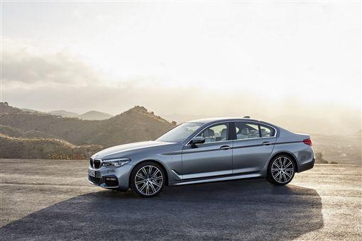 BMW全車系60期分期優惠,本月入主享首期免付及4次保養。(圖/BMW提供)