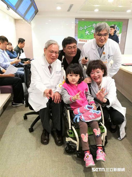小欣因重度腦性麻痺四肢行動受限,下肢透過復健機器人的步態訓練,如今已能自主站立。(圖/記者楊晴雯攝)