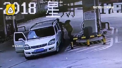 自己開車技術差! 撞柱竟追打加油站員工