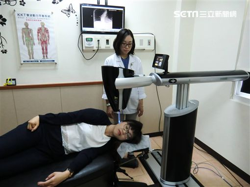 脊椎側彎。KKT 聲波動力平衡系統是以產生共振,溫柔的調整脊椎至正常位置及角度。(圖/活力得中山脊椎外科醫院授權提供)