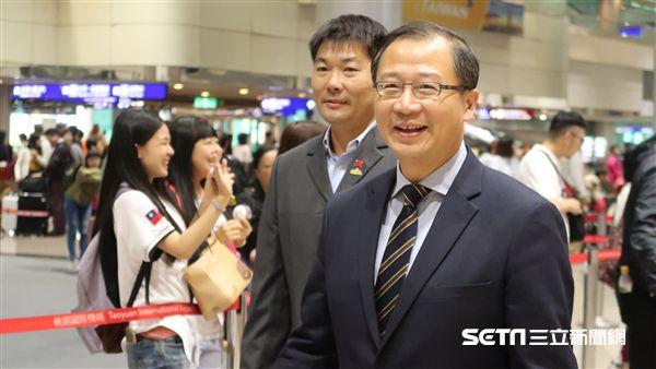 中職會長吳志揚和總教練黃甘霖返台。(圖/記者王怡翔攝影)