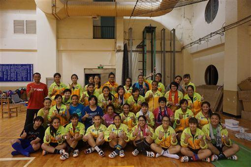 景女拔河教練郭昇(紅衣)獲得2018體育運動精英獎特別獎。(圖/體育記者協會提供)