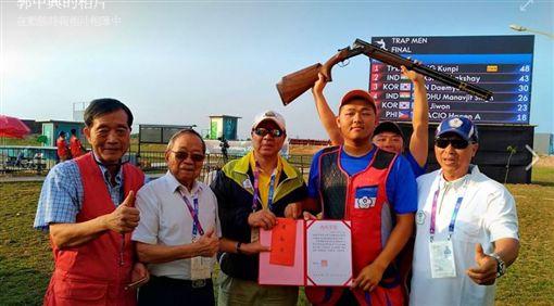 郭中興(左2)獲得終身成就獎。(圖/翻攝自郭中興臉書)