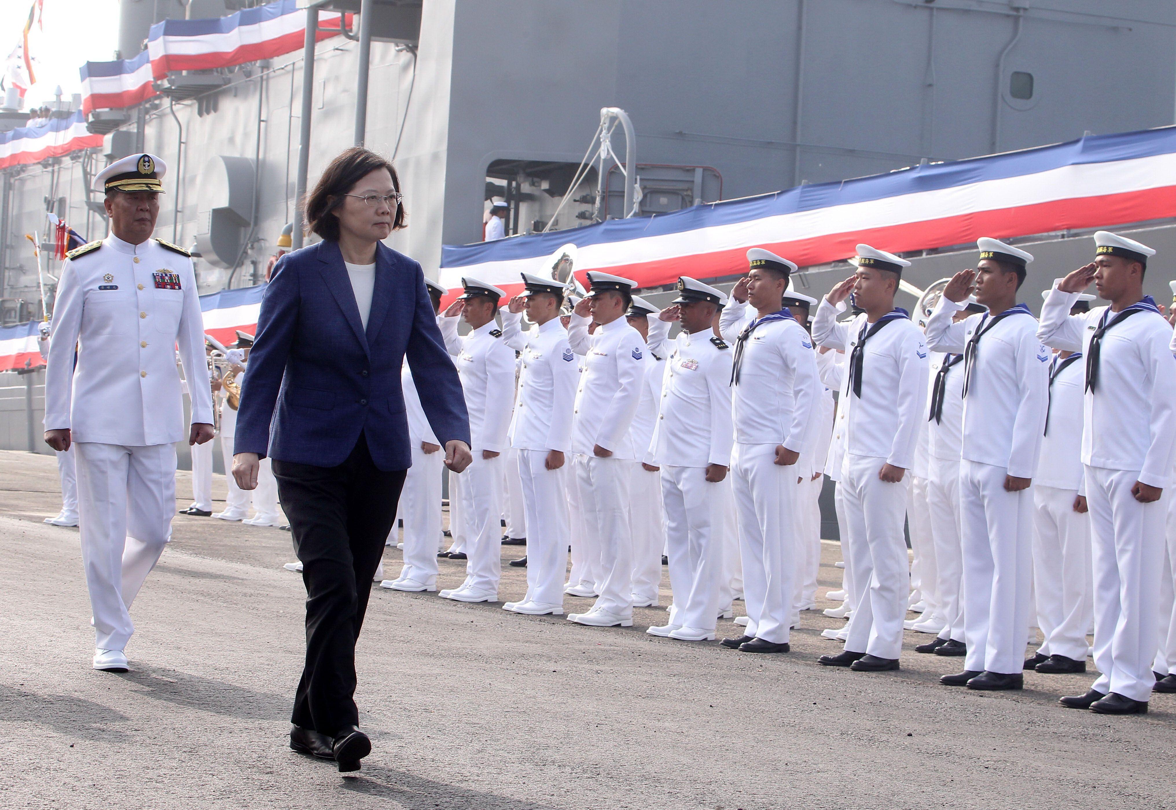 總統蔡英文8日出席在海軍左營基地舉行的海軍銘傳艦、逢甲艦的成軍典禮。(圖/記者邱榮吉攝影)