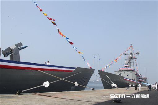 總統蔡英文主持海軍「銘傳、逢甲艦」成軍典禮。1112(右)是銘傳,另一艘逢甲。(記者邱榮吉/攝影)