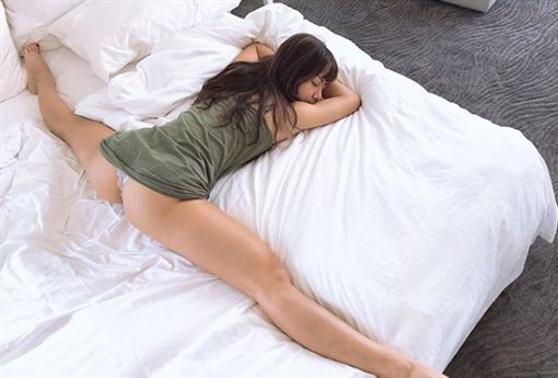 混血正妹超軟Q!透露愛做「床上運動」 著小丁露渾圓翹臀, 網路正妹美女分享