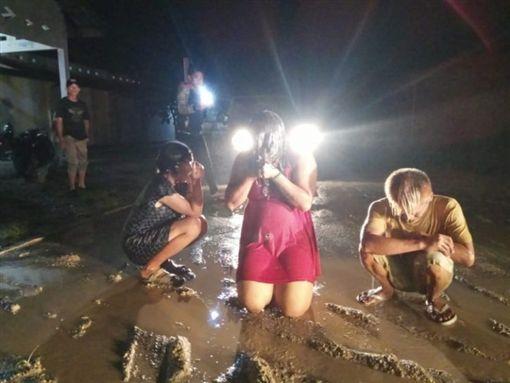 印尼,變性付婦人遭員警用高壓水槍噴(圖/翻攝自推特)