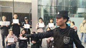 中國學生抗議蘋果違法雇用學生且剝削勞工,遭警方拘留。(圖/翻攝自Twitter)