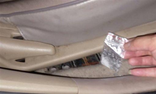 駕駛違規被警方盤查,竟發現藏有2級毒品。(圖/翻攝畫面)