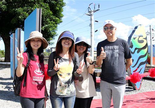 香港車友一起見證關山打卡點揭幕儀式。(圖/中華民國自行車騎士協會提供)