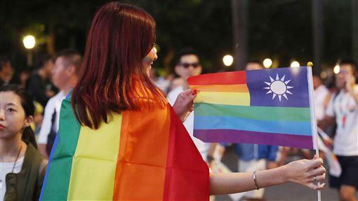 民眾上街參與同志大遊行(3)許多支持婚姻平權民眾27日下午走上街頭參與2018台灣同志遊行,有民眾將中華民國國旗改造融入彩虹旗元素,希望台灣能儘速通過婚姻平權。中央社記者吳翊寧攝 107年10月27日
