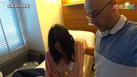 ▲老婆剖腹產後首次下床,身體相當不舒服。(吳鳳 Rifat授權)