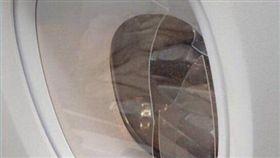 搭飛機沒酒喝,他發狂拿平板敲破機艙(圖/翻攝自推特)