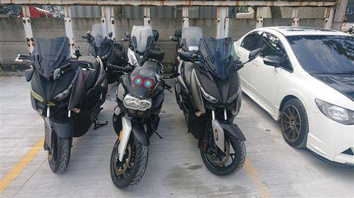 交通部修法 汽車停車格可停放多輛重機(圖/爆怨公社)