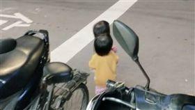 家長消失!2幼童獨站大馬路旁 網氣瘋:發生事情才後悔(圖/爆怨公社)