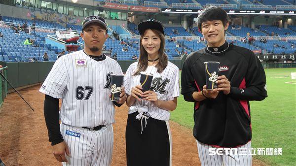 Lamigirls李亞璇帶著珍珠奶茶給羅德隊的哥哥李杜軒和陳冠宇。(圖/記者王怡翔攝影)