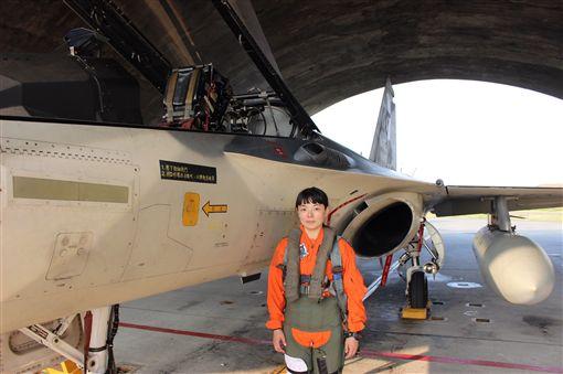 空防再添女英雄!飛官完成換裝訓練