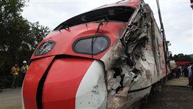 普悠瑪事故列車展開移置 車體變形扭曲台鐵普悠瑪列車出軌翻覆事故,造成嚴重傷亡,經檢警蒐證後,22日下午3時展開車廂移置作業,可見車體嚴重變形扭曲。中央社記者王鴻國攝 107年10月22日