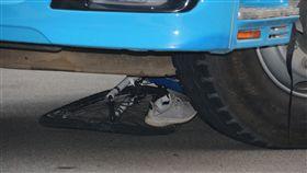 苗栗國中生騎單車與預拌混凝土車擦撞(1)苗栗一名國中生20日下課後騎單車與一輛預拌混凝土車發生擦撞意外,男學生還被捲入車底,緊急送醫後無生命危險,肇事車輛底還留有扭曲變形的單車及學生的鞋子。中央社記者管瑞平攝  107年9月20日