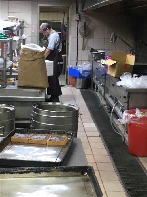 團膳公司廚師抽菸做便當。(圖/翻攝自「爆怨公社」)