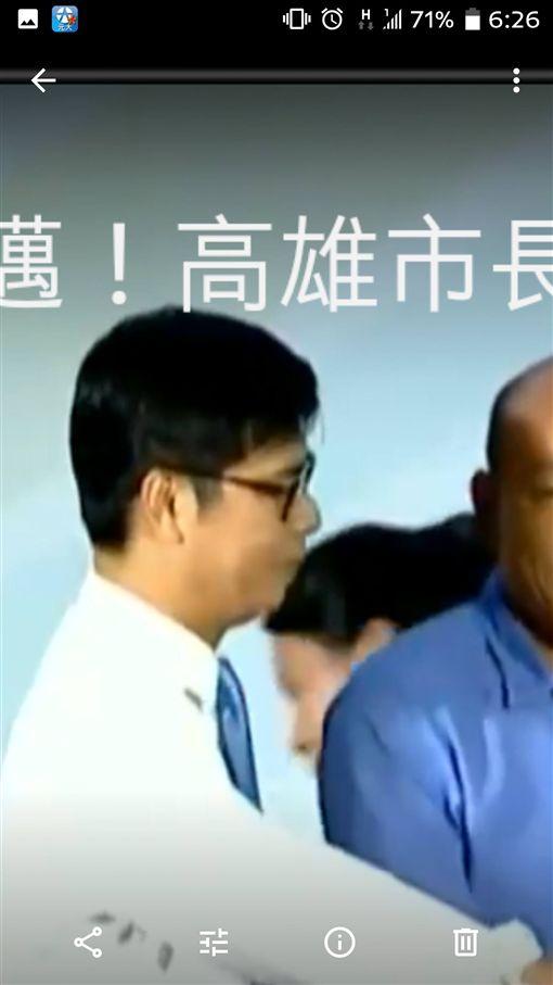 網風傳陳其邁辯論戴耳機。(圖/翻攝自 PTT)