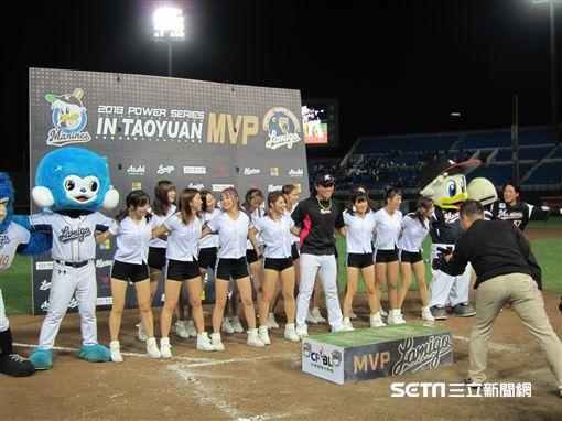 ▲千葉羅德投手岩下大輝獲得單場MVP後,與LamiGirls共舞。(圖/記者蕭保祥攝影)