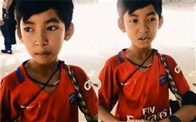 即興改編!柬埔寨男孩高唱我們不一樣 (圖/翻攝自臉書)