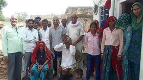 印度有名高齡95歲的阿公拉姆(Budh Ram)在家中過世,正當大家依照習俗替他清洗大體時,拉姆卻奇蹟似的醒來,最後還拍全家福。(圖/翻攝自@TT0121 推特)