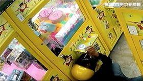 陳男拿父親釣竿做成犯罪工具,專釣娃娃機的小海螺藍芽喇叭,警方循線將他逮獲,訊後依竊盜罪送辦(翻攝畫面)