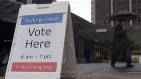 期中選舉投票日美國期中選舉6日投票,鄰近華府的維吉尼亞州天氣不佳,不過,仍看到不少民眾趁上班前、前往投票所投票。中央社記者鄭崇生華盛頓攝 107年11月7日