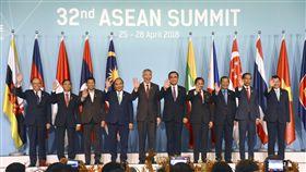 東協10國召開高峰會東南亞國家協會(ASEAN)28日在新加坡召開高峰會,10個會員國領導人揮手合影。(共同社提供)中央社 107年4月28日