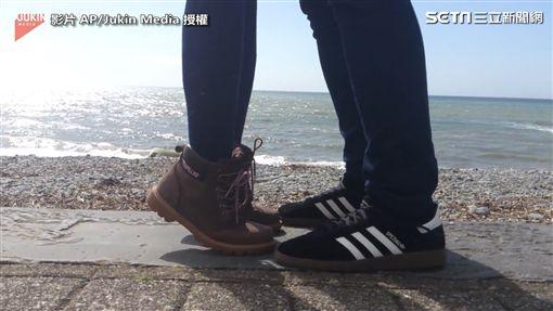 ▲疑似情侶要接吻時,女生輕輕踮起腳尖。(圖/翻攝自AP/Jukin Media)