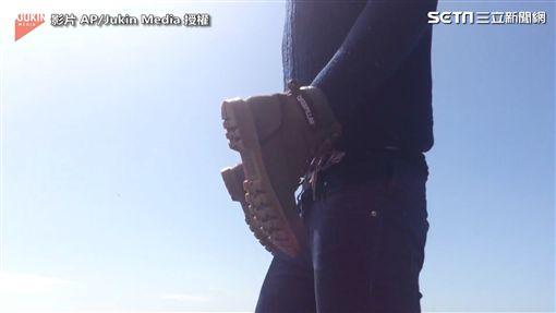 ▲原來是男子雙手穿鞋,自導自演。(圖/翻攝自AP/Jukin Media)