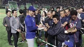 前田健太在場邊為球迷簽名。(圖/美聯社/達志影像)