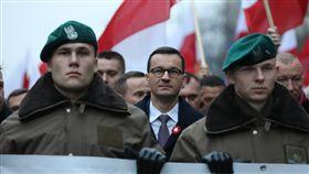 波蘭紀念獨立百年  右派遊行與閱兵撞場 圖翻攝自Kancelaria Premiera推特