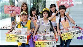 阿部瑪利亞、邱品涵、冼迪琦、林于馨一起為公益街頭義賣餅乾。(圖/好言娛樂提供)